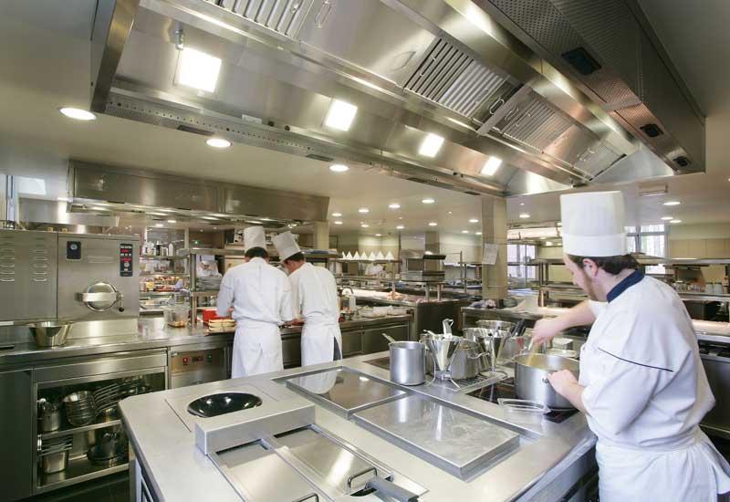 bếp nhà hàng là nơi sinh ra nhiều dầu mỡ thừa
