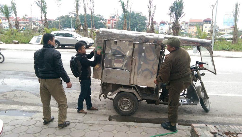 vận chuyển bể tách mỡ bằng xe ba gác