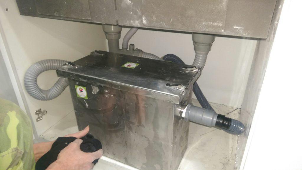 bẫy mỡ mini lắp đặt dưới chậu rửa