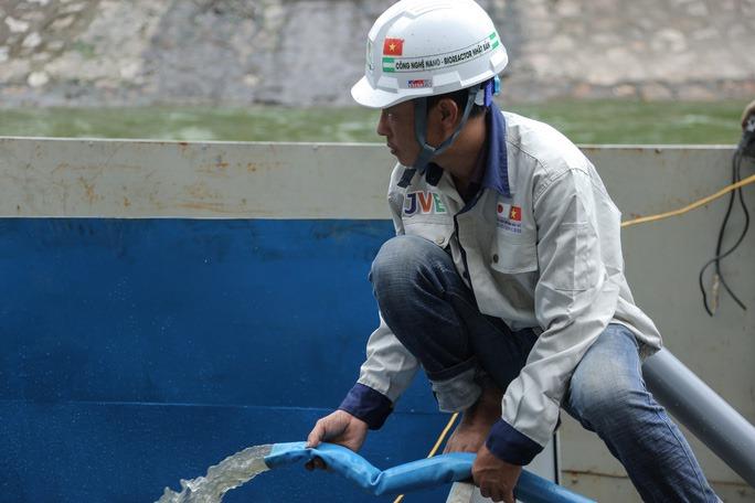 kỹ sư JVE bơm nước sông tô lịch vào bể chứa nước để xử lý