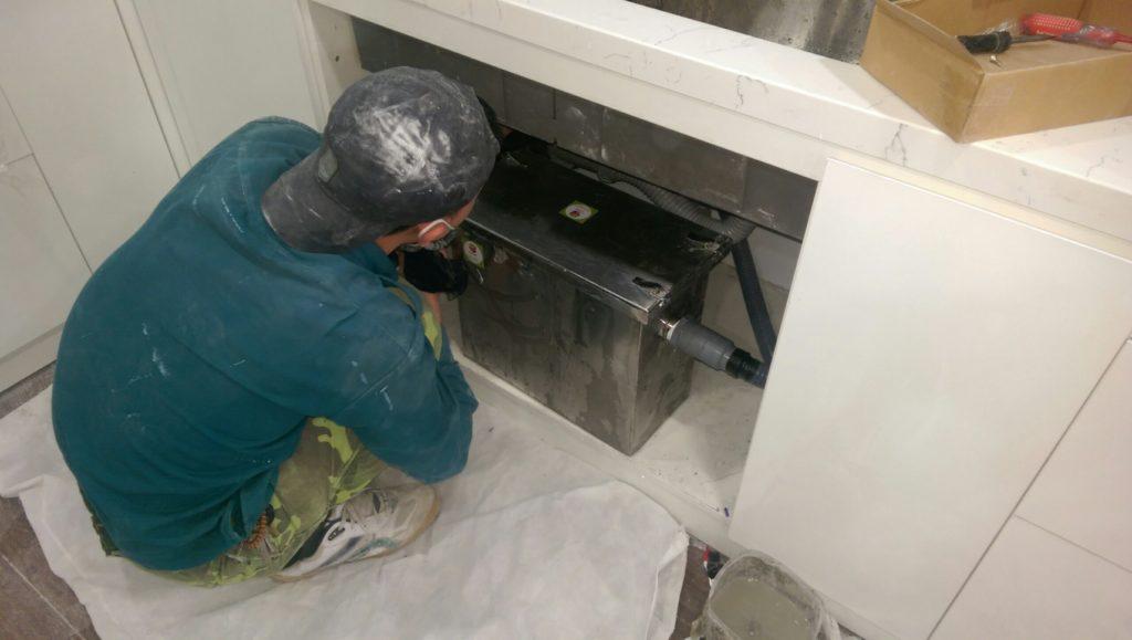 Lắp đặt thùng lọc mỡ nổi dưới chậu rửa