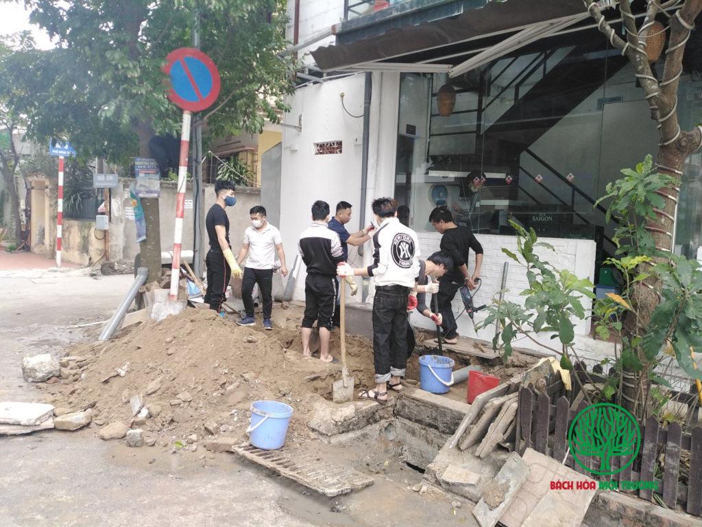 Quá trình sửa chữa đường ống thoát nước rất mất vệ sinh