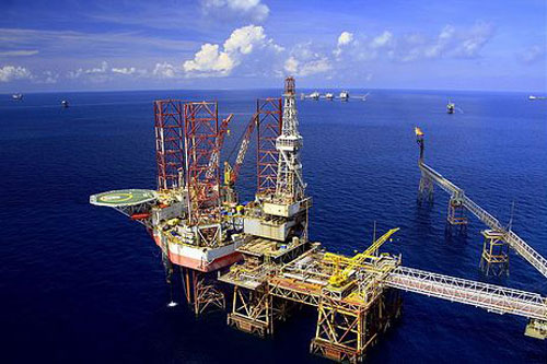 Giàn khoan dầu thô thải nước thải nhiễm dầu ra biển