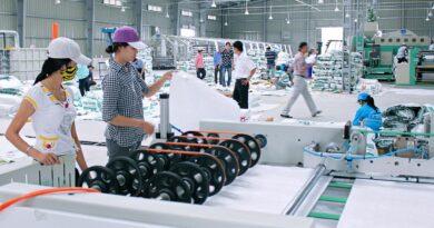 bên trong nhà máy sản xuất nhựa plastic